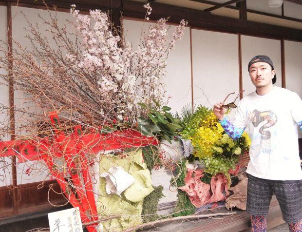 佐藤大成(さとうひろなる・NARU)見た目はジャパン。心はブラジル。そうその名はNARUさ~ん。植物をこよなく愛し、好きすぎて食べてしまうような男。切り花、植物を中心にあらゆる素材を使って唯一無二の空間を作り出す。言うなれば植物造形家というスタイルだ。