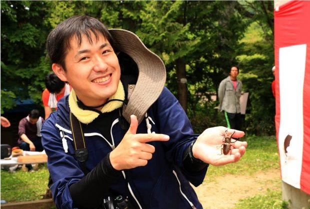 佐藤 恒平(さとう こうへい)1984年生まれ。福島県出身。東北芸術工科大学文化財情報科学領域修了。関東で住宅リフォーム会社の営業職を経て、2010年に地域おこし協力隊として山形県朝日町情報交流アドバイザーに就任。学生時代から行っていた地域振興研究のひとつである「着ぐるみを使った、地域おこしがしやすい地域づくり」の実践として、自作の着ぐるみ「桃色ウサヒ」による朝日町のPRを皮切りに、全国的に実験的手法による地域振興プロジェクトを手掛ける。2014年1月、地域振興サポート会社「まよひが企画(マヨイガキカク)」を開業。自身が提唱する成功事例の再現を模倣しない活性化手法「非主流地域振興」によって、自治体や公益団体の事業サポートを行っている。また、地域サポート人ネットワーク認定アドバイザーとして、全国の地域おこし協力隊(総務省事業)の支援活動も手掛ける。